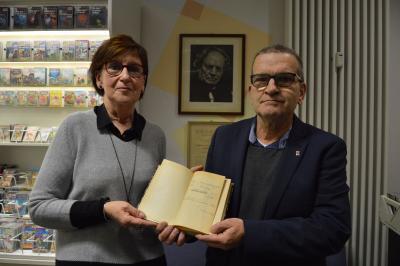 """Foto: Karl-Heinz Kaiser überreicht Susanne Benesch eine handsignierte Ausgabe des Buches """"Proletarier-Novellen"""" von Martin Andersen Nexö I Foto: Martin Ferch"""
