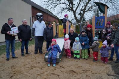 Die Kinder aus Schönhagen nahmen begeistert den neuen Spielplatz in Besitz, den Bürgermeister Dr. Ronald Thiel übergeben hatte. Foto: Andreas König/Stadt Pritzwalk