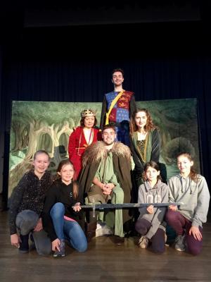 Begeisterte Schüler mit der Theatertruppe