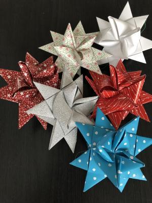 Die Kinder verteilten weihnachtliche Dekoration im Rathaus.