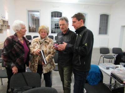 Thea Gerstenberger, Heidi Vorbrich, die Schwester von Walter, und die Autoren Wolfgang Schilling und Söhnke Streckel