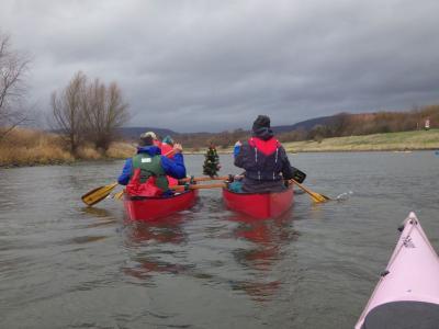Foto zur Meldung: Rote-Nasen-Tour auf der Weser 527 Kanuten trotzen Regen, Wind und Wellen bei der 47. Rintelner Eisfahrt