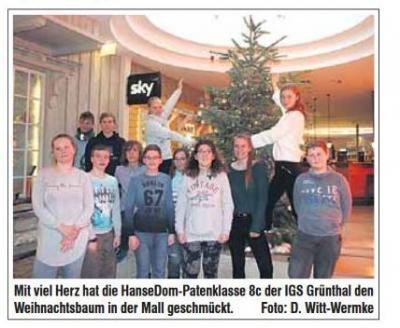 Foto zur Meldung: Weihnachtsbaum im HanseDom geschmückt