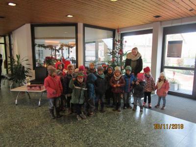 """Foto zur Meldung: Bärengruppe der Kita """"Kleine Strolche"""" schmückte den Weihnachtsbaum im Rathaus"""