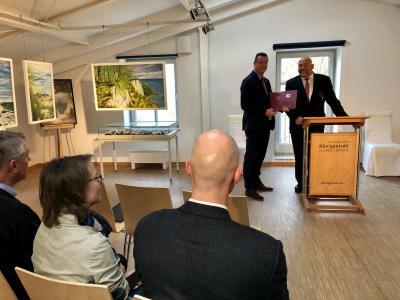 Wirtschaftsminister, H. Glawe, überreicht die Förderbescheide an den Sassnitzer Bürgermeister, F. Kracht.