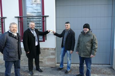 V.l.n.r.: Erster Beigeordner Burkhard Knittel, Bürgermeister Holger Obst, Bauherr Helmut Koschny, Leiter des Stadtbauamtes Olaf Schulz bei der Begutachtung des sanierten Tores.