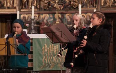 Foto zur Meldung: Parchimer Adventsmarkt mit reger Musikschulbeteiligung