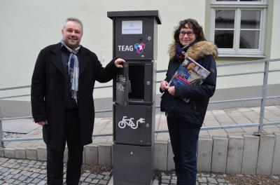 Freigabe der E-Bike-Ladestation: Bürgermeister Holger Obst und Ute Torka, TEAG, Bereich E-Mobilität