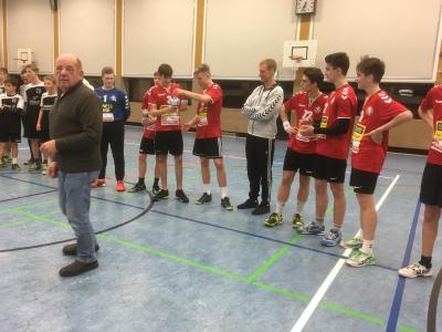 Turnierleiter Norbert Hartmann hat den B-Jungs des MTV Braunschweig den ersten Regions-Jugendpokal überreicht.