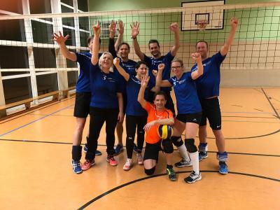 Vorschaubild zur Meldung: Volleyball- Stadtklasse- Liga holt Auswärtssieg