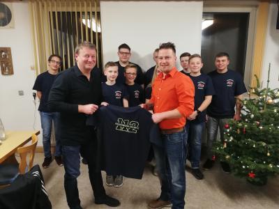 Bild: Detlef Schimmel bei der T-Shirt Übergabe an Jugendwart André Gärtner