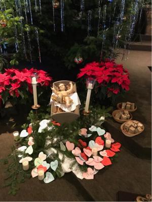 Beschriftete Herzen für das Jesuskind