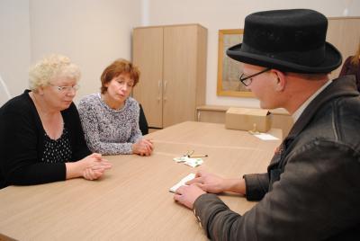 Wandergeselle Thomas Hoppe zeigt Kornelia Wienke (l.) und Sabine Kadasch sein Wanderbuch. Foto: Beate Vogel