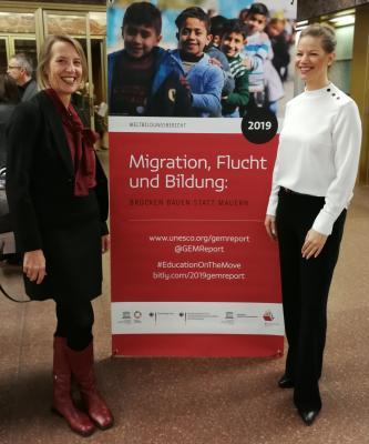 """Von links: Die Leiterin Gabriele Steltner-Merz und ihre Stellvertreterin Tina Knorr reisten im November 2018 nach Berlin, um an der Vorstellung des UNESCO-Weltbildungsberichts 2019 teilzunehmen, in dem die Arbeit """"ihres"""" Familienzentrums Ludwig-Uhland-Straße gewürdigt wurde."""