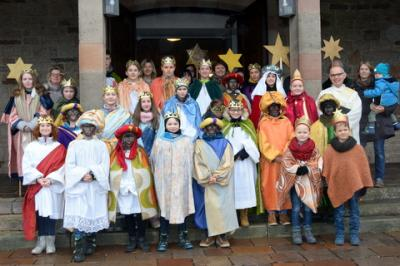 Die Sternsinger aus Schondra, Schildeck, Einraffshof, Geroda und Platz nach dem Aussendungsgottesdienst vor der Schondraer Pfarrkirche