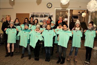 Vorschaubild zur Meldung: Tanzgruppe erhält neue T-Shirts