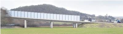 """Die Bürgerinitiative """"Ja zur Aar"""" hat Visualisierungen angefertigt. Sie zeigen Dämme und Brücken, die zur Überwindung von Aar, Aartalbahn sowie Geländeeinschnitten für die Umgehung Flacht-Niederneisen erforderlich würden: oben bei Holzheim, unten bei Oberneisen (mit eventuell nötigen Lärmschutzwänden). Fotomontagen: Ja zur Aar"""