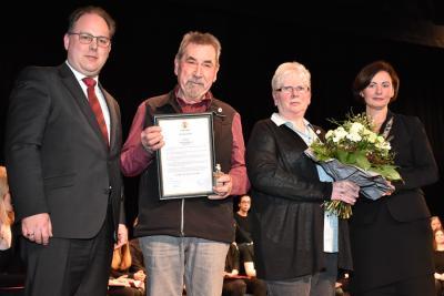"""Foto zur Meldung: Der """"Silberne Bär"""" als höchste Auszeichnung, welche die Stadt Esens an Personen verleiht, geht 2019 an das Ehepaar Schöneck."""