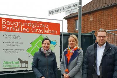 vl.: Bürgermeisterin Veronika Koch, Maren Paas (Allerthal Gras Leben GmbH) und Gemeindedirektor Gero Janze.