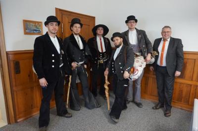 Bild von links: Die zukünftigen Handwerker Lucas, Julian, Otto, Bobby und Thomas mit Ersten Bürgermeister Stefan Busch