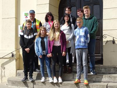 Vier Schülerinnen und Schüler (vorn) nahmen zum Zukunftstag 2018 die Chance war, unterschiedliche Sachgebiete und Berufsbilder im Rathaus kennenzulernen