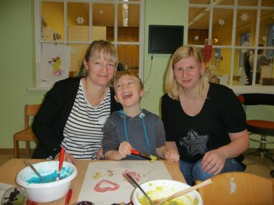 Katrin Weisner mit Sohn Arthur (l.) und Auszubildende Sarah Laminski beim Gestalten eines Puddingbildes I Foto: Manja Heike