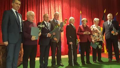 G. Ladendorf (2. von links) wird für sein ehrenamtliches Engagement ausgezeichnet. (Foto: Stadt Sassnitz)