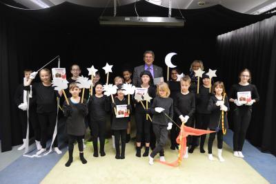 """Bürgermeister Dr. Oliver Hermann dankte den Kindern der Arbeitsgemeinschaft """"Schwarzes Theater"""" I Foto: Martin Ferch"""