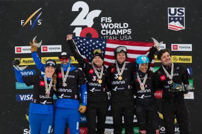 Glückliche Medaillengewinner: Hanna Ihedioha und Paul Berg (rechts) freuen sich über WM-Bronze im Team-Wettkampf - Foto: Snowboard Germany