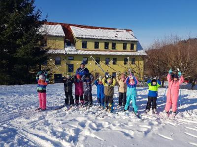 Vorschaubild zur Meldung: Krümmespatzen fahren Ski