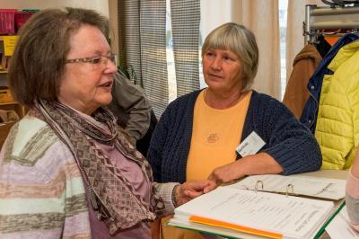 Das Bild zeigt von links Rosemarie Olbrich und Gerlinde Schuler, das Empfangskomitee im Reparatur-Café in Maintal-Bischofsheim. Foto: Jürgen Eibich