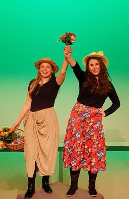 Zwei Blumenmädchen auf dem Weg zu den 20. Kalimandscharo-Festspielen - Sommertheater auf dem Salzberg Zielitz