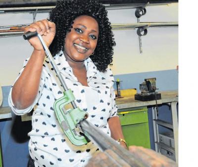 Für Aminat aus Nigeria ist das kein Problem. Im wahrsten Sinne des Wortes hat sie das Metallrohr im Handumdrehen gekürzt. Auch sie erlernte im Zuge der Maßnahme das Löten und Schweißen.