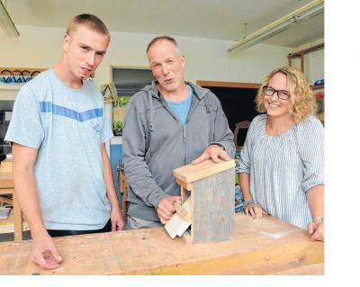 Bald am Job: Marcel Brune (links) hofft auf eine Anstellung. Darauf haben ihn Anleiter Frank Flethe und Geschäftsführerin Jennifer Schmidt vom Ravensberger Jugendbildungshaus vorbereitet.
