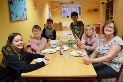B. Mundt, Stadt Perleberg | Unter der Leitung von Frau S. Pogodzik wurde gemeinsam ein Salat zubereitet und Chicorée gekocht.