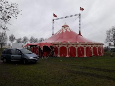 Vorschaubild zur Meldung: Das Zirkuszelt steht!