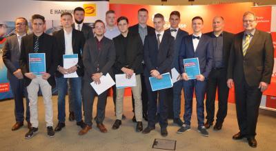 Die neuen Gesellen mit Obermeister Bastian Sohn, Klassenlehrer Jörn Prigge und Prüfungsausschussvorsitzenden Jürgen Bock