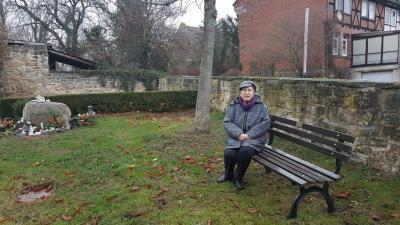 Frau Helga Minovic-Liebke nahm auf der von ihr im Namen ihres Mannes gespendeten Sitzbank Platz.