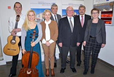 Von rechts: Dr. Tanja Machalet (Mdl), Dr. Reinhold Ostwald (Ärztlicher Direktor), Rolf-Peter Leonhardt (Verwaltungsratsvorsitzender), Guido Wernert (Geschäftsführer), Sabine Schmalebach (Pflegedirektorin), Sonja Asselhofen (Cellistin), Fabian Spindler (Gitarrist)