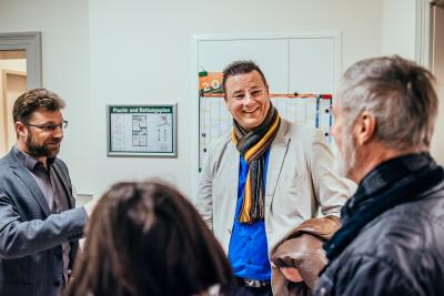 Bürgermeister Frank Kracht (Mitte) und Gernot Haffner, Leiter des Nationalparkamtes (links) im Gespräch mit Gästen | Foto: Christian Thiele