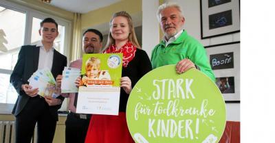 Luca Schneider, Schulleiter Matthias Ziegler, Julia Michalski (von links) übergeben das gesammelte Geld an Lutz Schulz.
