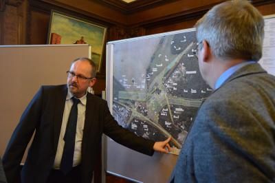 Holger Behrmann, DEGES-Projektabteilungsleiter erklärt die geplante Anschlussstelle der A14 bei Wittenberge I Foto: Martin Ferch