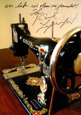 Von Karl Lagerfeld signiertes Foto einer Singer Nähmaschine I Foto: Frank Stubenrauch