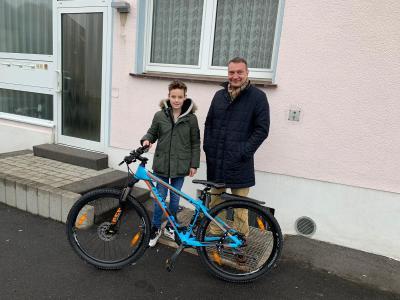 Bürgermeister Möller und Jonas Walger mit seinem neuen Mountainbike