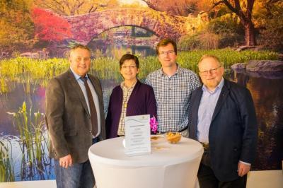 Bild von links: Erster Bürgermeister Stefan Busch, Christina Röhricht mit Ehemann Martin und Landtagsabgeordneter Klaus Adelt