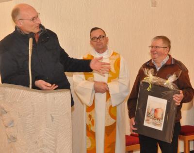 Veitsbronns Mesner Traian Rasca (rechts) wurde nach 23 Jahren Dienst in der Kirche Heilig Geist vom Pfarrgemeinderatsvorsitzender Klaus Bock und Pfarrer Markus Goller in den Ruhestand verabschiedet.