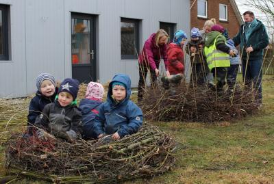Foto zur Meldung: Kinder bauen Storchennester