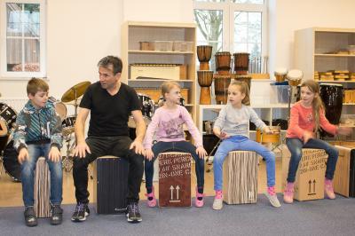Schüler lernen Rhythmus und Takt