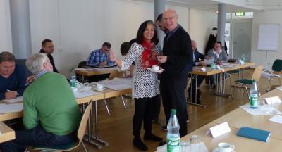 Auf dem Bild zu sehen ist Referent Alfred Korte von den Wirtschaftspaten bei einem Workshop in Maintal.