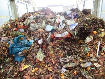 Auf dem Bild zu sehen ist stark verunreinigter Bioabfall, der in der Kompostieranlage angeliefert wurde. Bürger*innen sind aufgerufen, keinen Plastik-Müll über die Biotonne zu entsorgen.